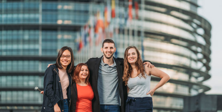 Des étudiants devant le Parlement européen à Strasbourg