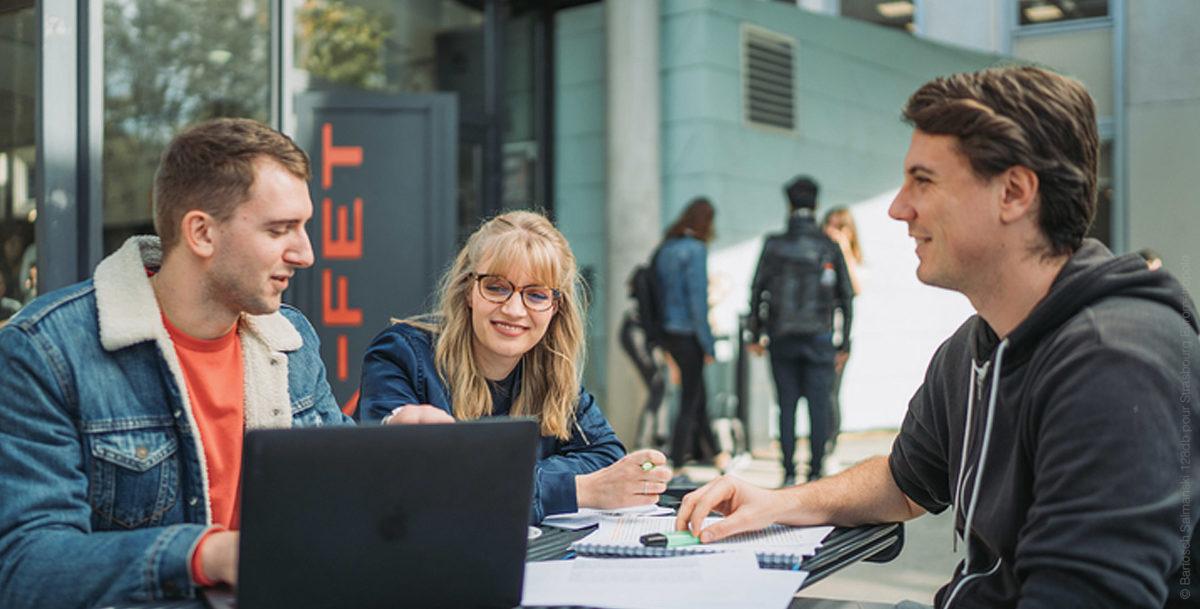trois jeunes étudiants à Strasbourg