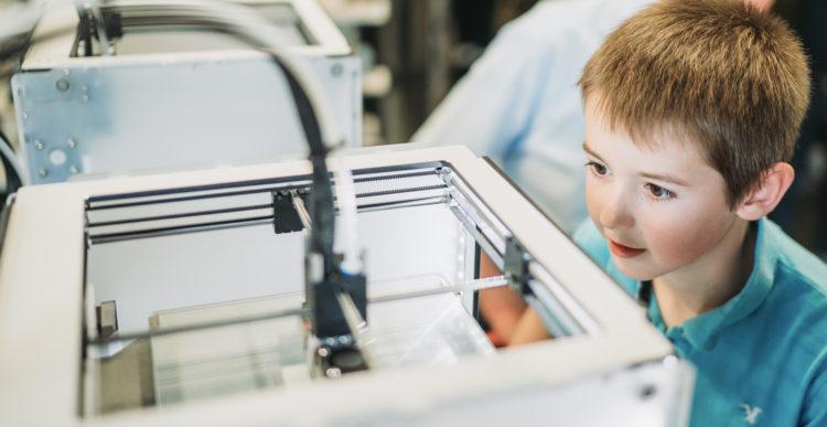 petit garçon impressionné par une machine