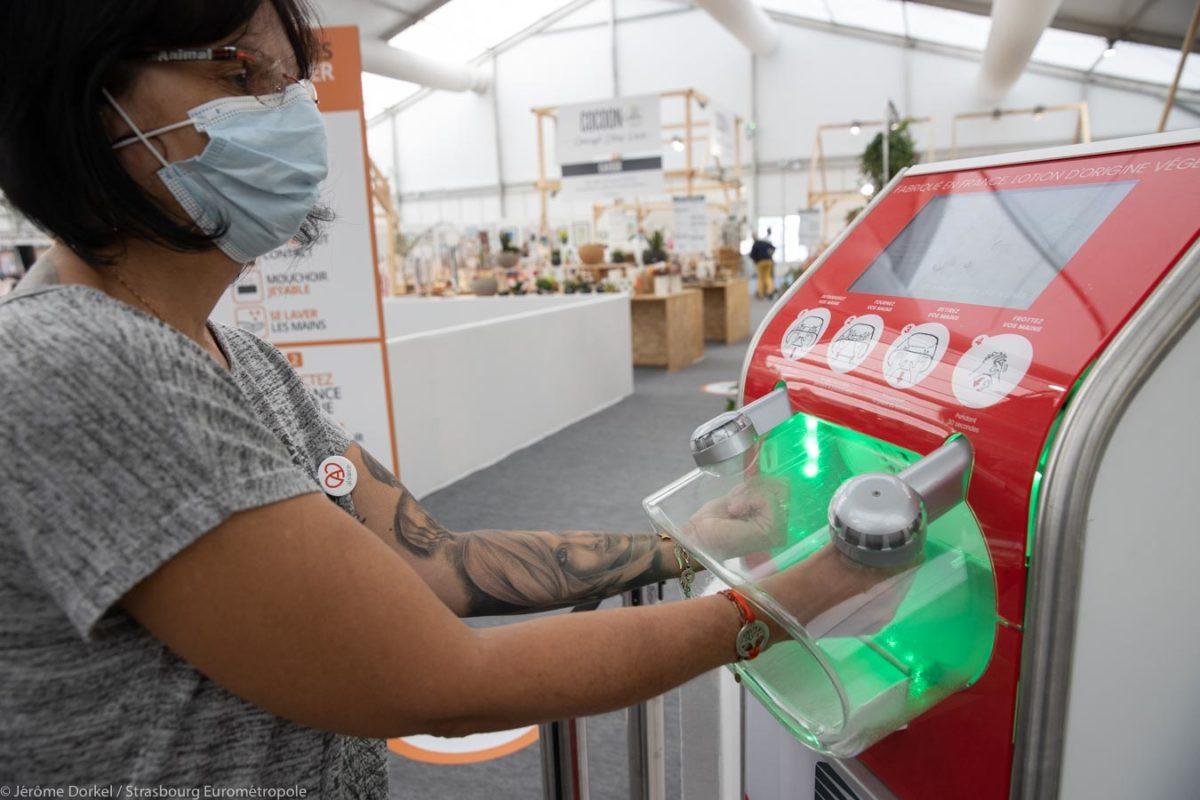 Une femme se désinfecte les mains à la Foire Européenne de Strasbourg