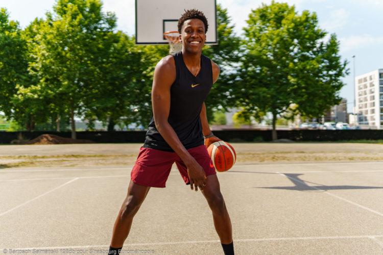 Un jeune homme joue au basket sur un terrain à Strasbourg
