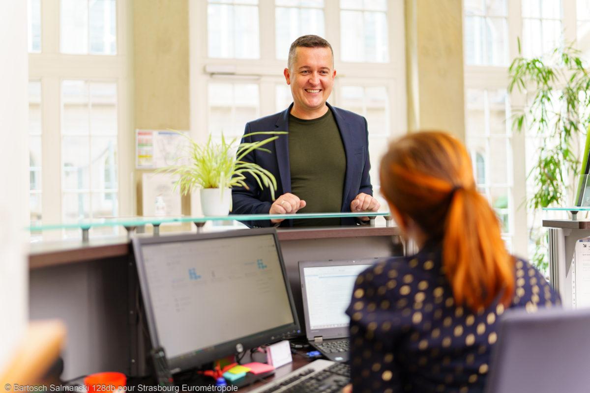 Un créateur d'entreprise parle avec une femme à l'accueil