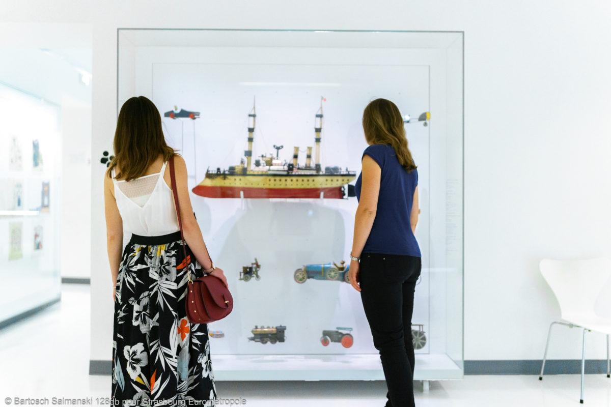 Deux femmes observent des sculptures dans le musée Alsacien à Strasbourg