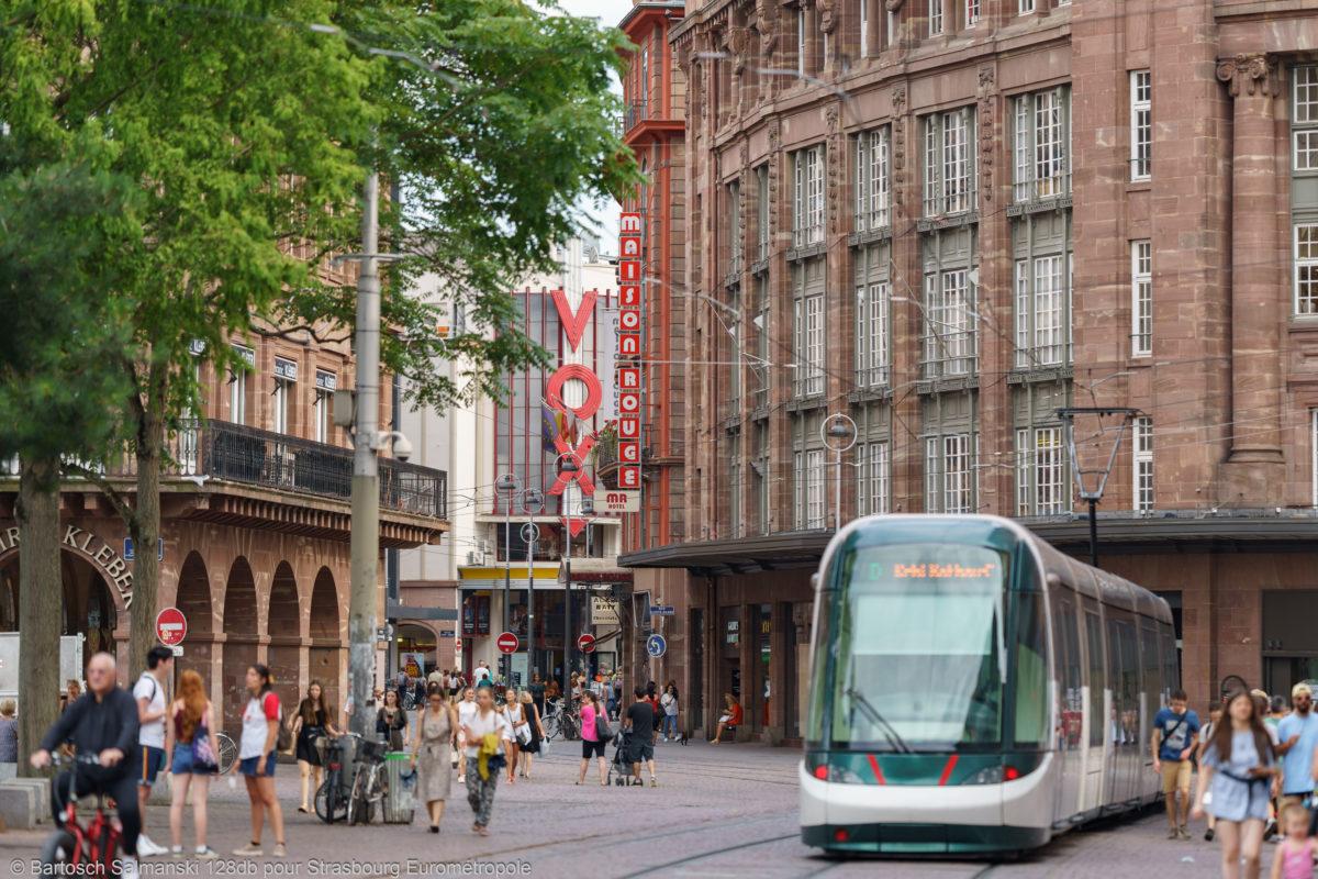Tram qui passe devant les Galeries Lafayette à Strasbourg