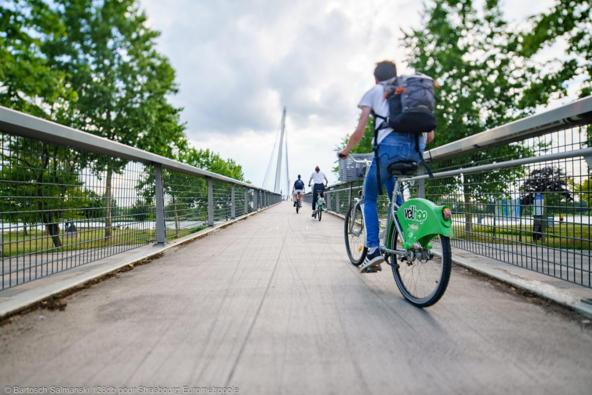 un cycliste sur un vélo dans les rues de Strasbourg, première ville cyclable de France
