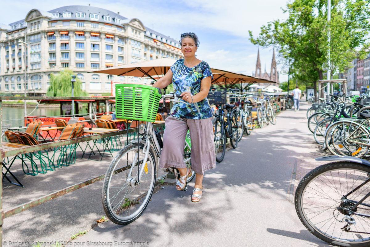 une femme sur un vélo dans les rues de Strasbourg, première ville cyclable de France