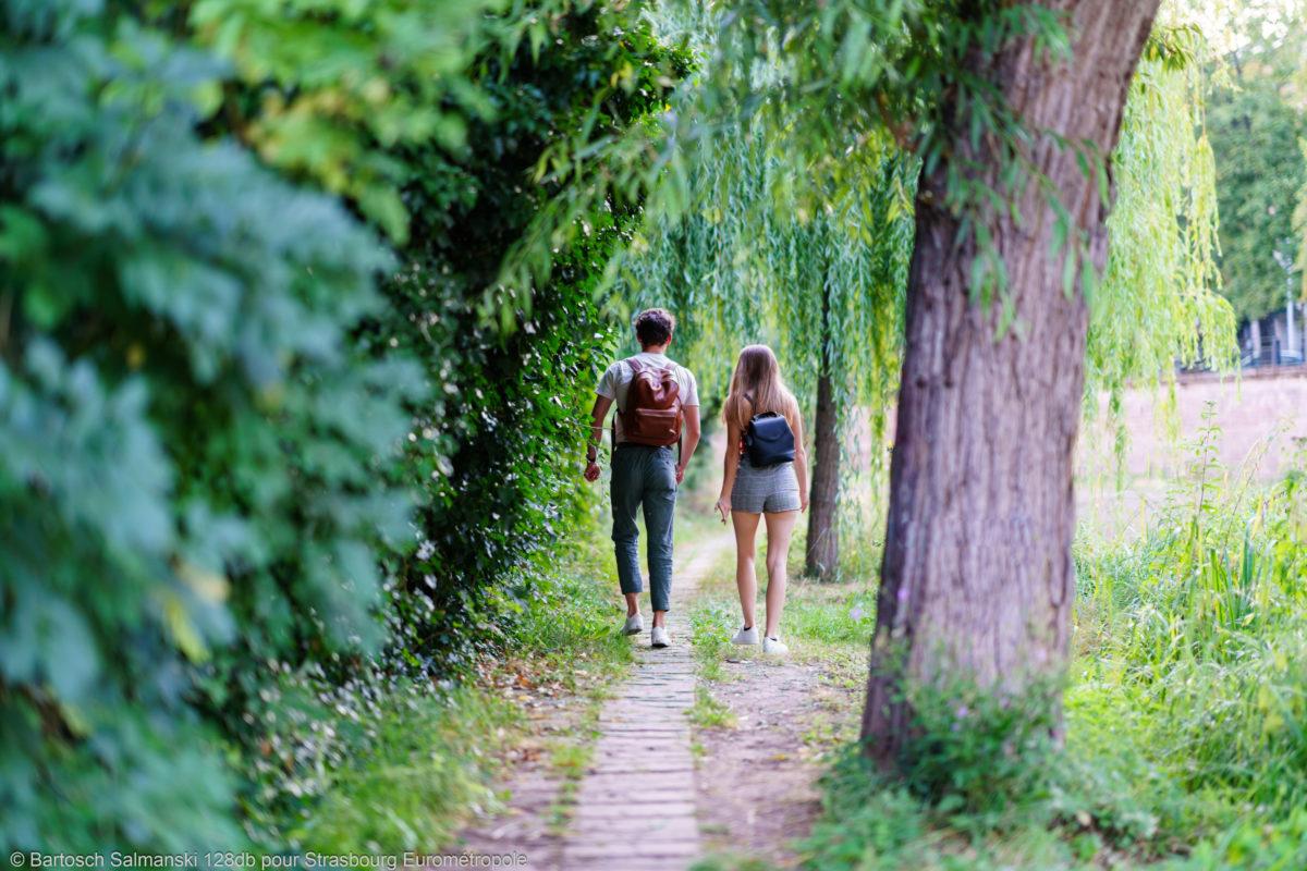 deux jeunes gens font une promenade dans la nature à Strasbourg