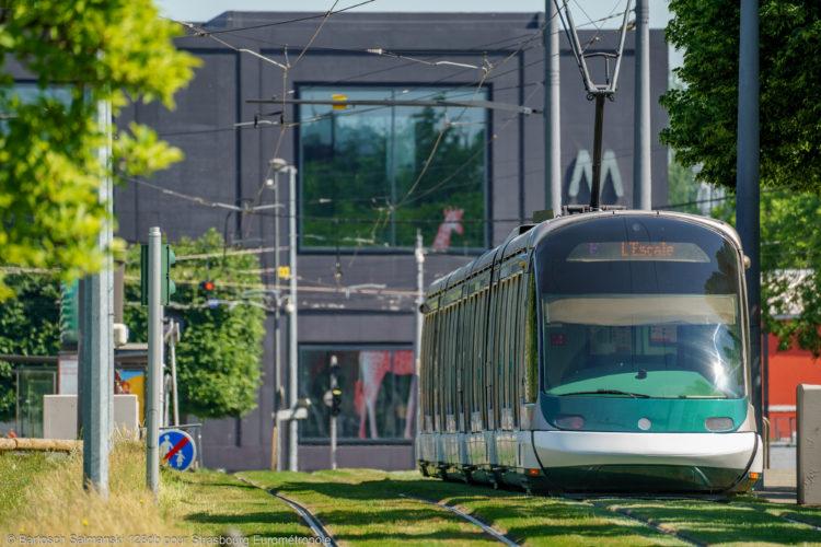 Un tram qui passe devant le Maillon à Strasbourg
