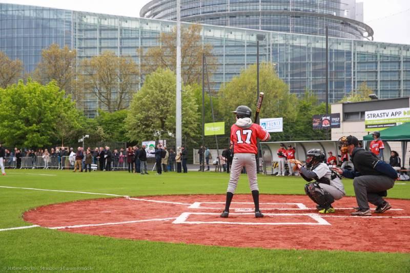 Joueur de baseball au pied du Parlement Européen à Strasbourg
