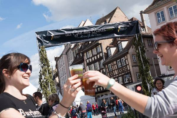 Deux femmes trinquent à la bière lors du festival « Au gré des bières » à Strasbourg