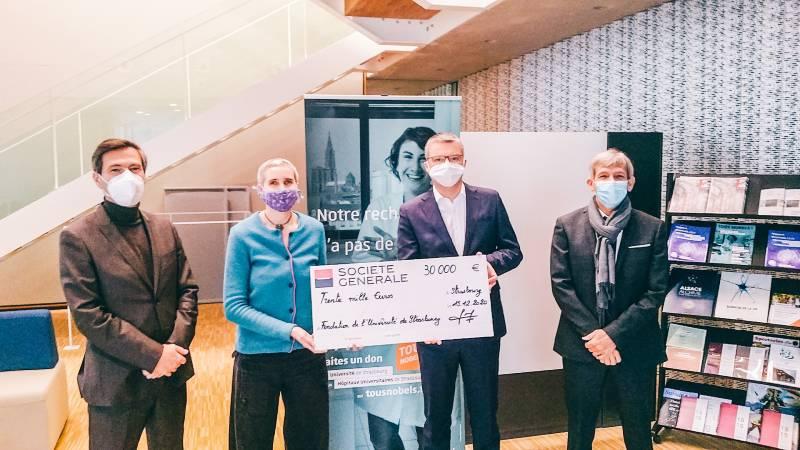 Remise d'un chèque par la Société Générale à l'AFGES Strasbourg