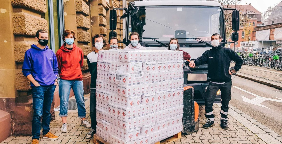 Etudiants à Strasbourg qui réceptionnent un don de farine