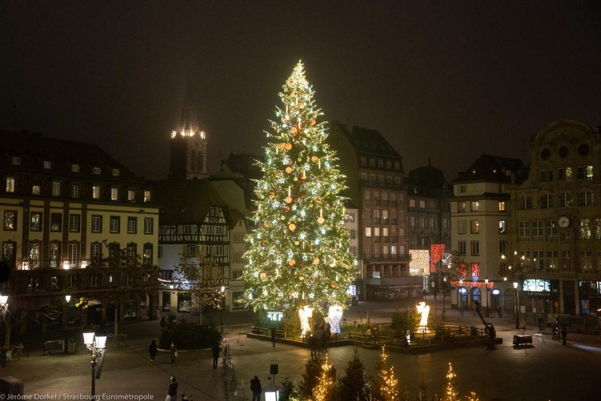 Grand sapin de Noël à Strasbourg place Kléber