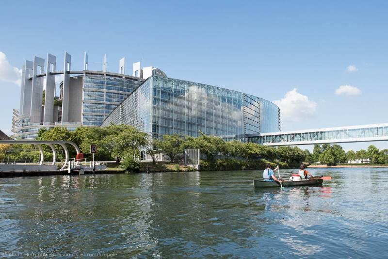 Kayak sur l'Ill à Strasbourg au pied du Parlement Européen