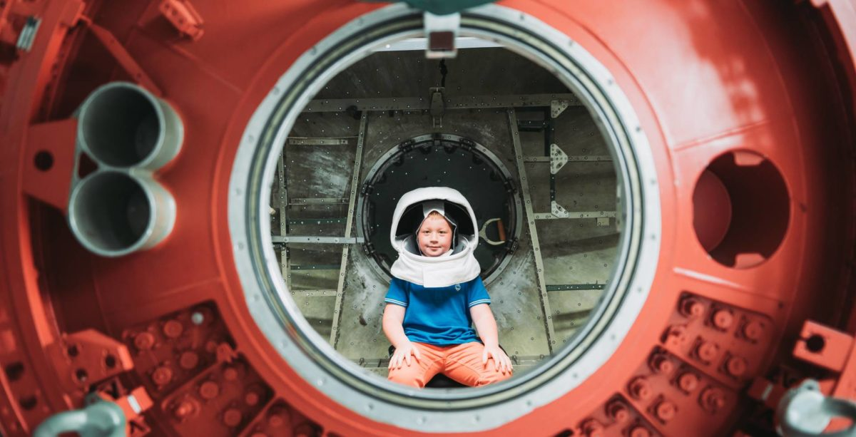 Un enfant dans une capsule spatiale de l'ISU à Strasbourg