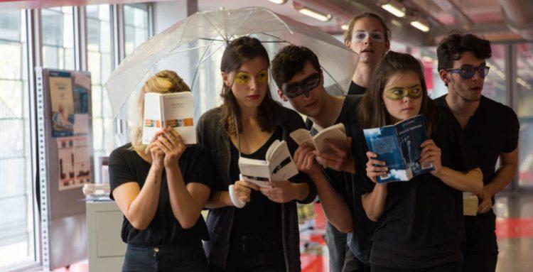 Groupe de jeunes adultes maquillés qui lisent des livres