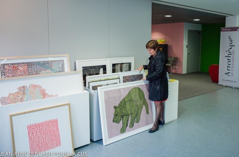 Femme devant des oeuvres d'art