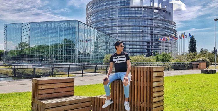 jeune homme devant le Parlement Européen à Strasbourg