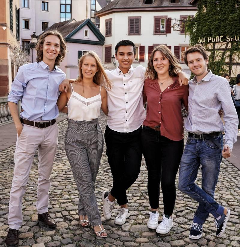 Groupe de jeunes adultes