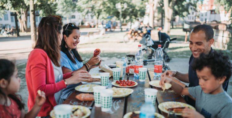 Personnes qui participent à un pique-nique dans un parc