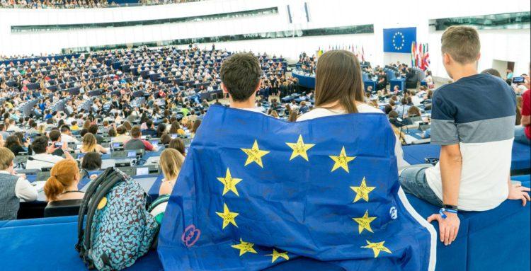 Groupe de jeunes et drapeau européen
