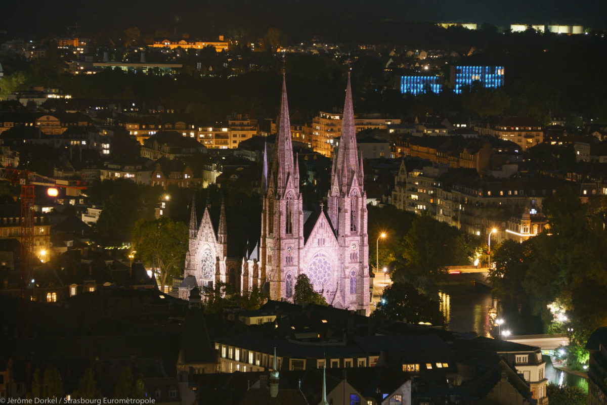 Eglise éclairée de nuit