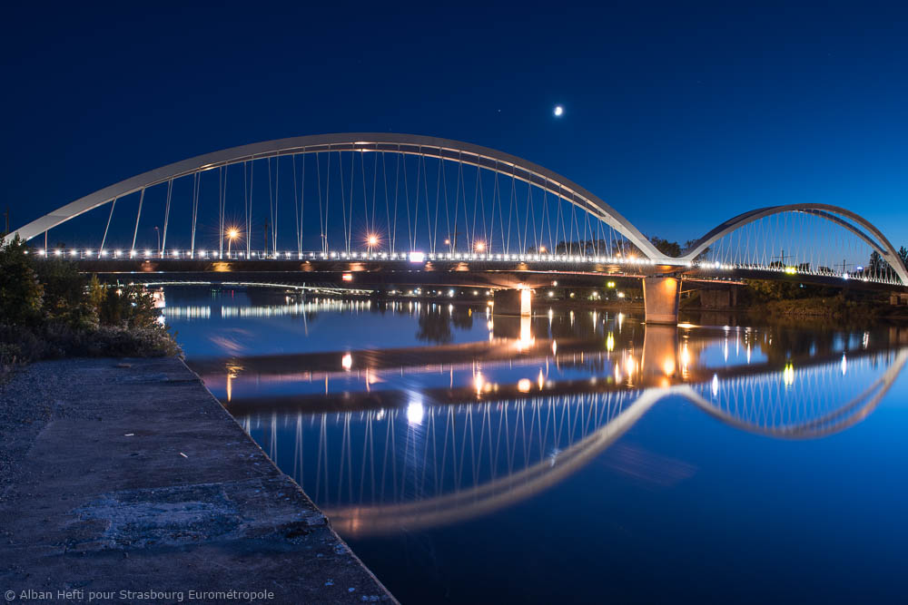 Vue sur un pont éclairé de nuit