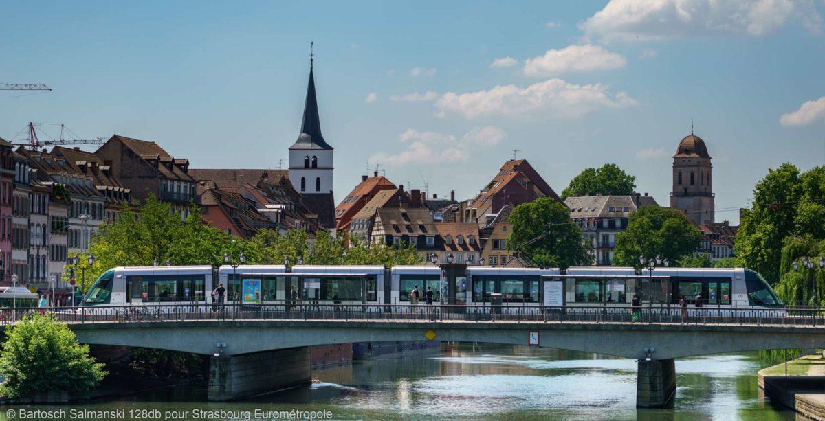 Tram qui passe sur un pont
